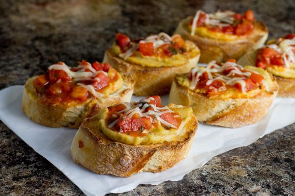 Roasted Garlic Hummus Bruschetta Crostini from Poet in the Pantry